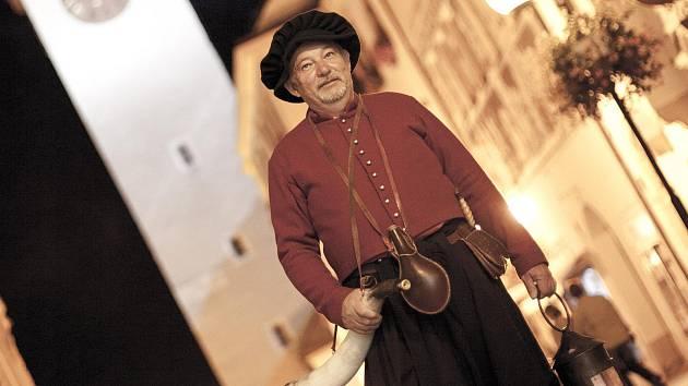 Muzikant a trumpetista Miroslav Kubák z Mašovic již desátým rokem obléká kostým znojemského ponocného.