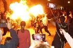 Noční průvod krále Jana Lucemburského sledovaly davy lidí po celé trase průvodu. Potlesk sklízeli plivači ohňů.