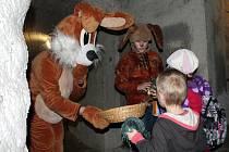 Za doprovodu průvodce a velikonočního zajíčka si od sobotního dopoledne mohly děti projít znojemské podzemí. Přichystán pro ně byl krátký výklad historie podzemí a na závěr si zasoutěžily v hledání a sbírání velikonočních vajíček.