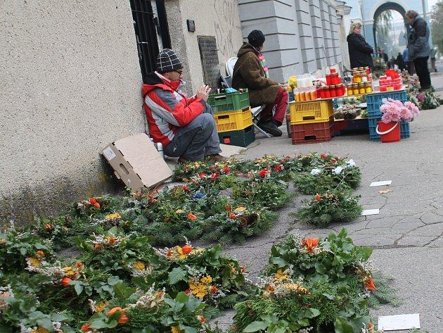 Věnečky, květinové vazby a svíčky nabízejí v těchto dnech prodejci u ústředního hřbitova ve Znojmě.