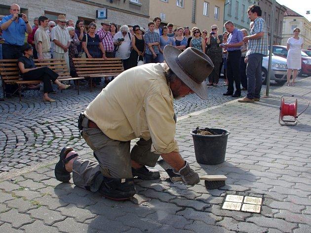 Znojmo má první kameny zmizelých, připomínají oběti holocaustu. Do dlažby Rudoleckého ulice je na pamět Ireny a Jiřího Weinebrgerových uložil berlínský umělec Gunter Demnig.