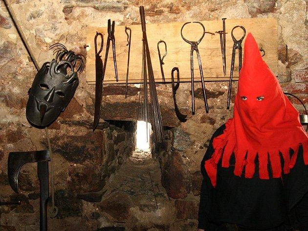 Hladomornou a mučírnou v Břitové věži mimořádně o víkendu provázel kat.