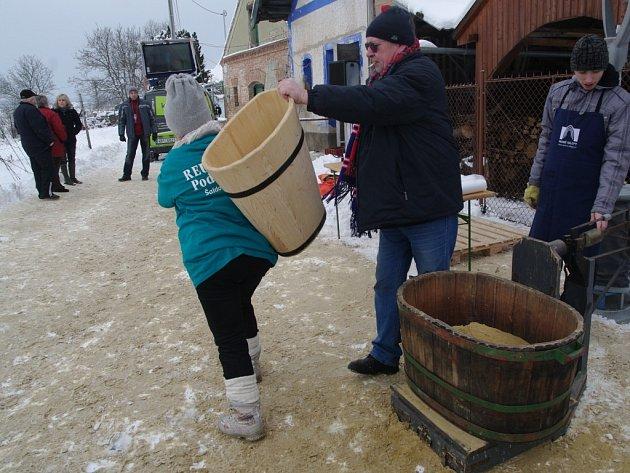Druhý ročních zimního otevírání sklepů spojeného s rovněž druhým ročníkem recesistické soutěže v kopání písku uspořádali vinaři z Nového Šaldorfa.
