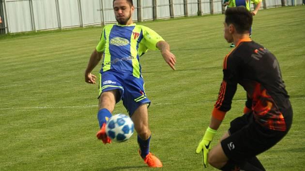 Tasovičtí fotbalisté (v modro-žlutých dresech) převálcovali na svém hřišti ve 27. kole divize D tým Bystrce 11:0.
