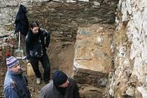 Část zdi domu ze sedmnáctého století našli při úpravách hradebního valu v dolní části znojemského městského parku archeologové.