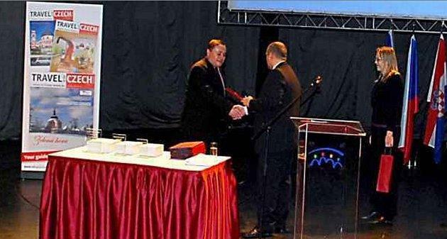 ZNOJMO DVACÁTÉ. Za Znojmo převzal ocenění za dvacáté místo místostarosta Marian Keremidský.