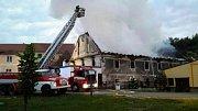 Osm jednotek hasičů bojovalo v noci na pátek s požárem starého domu u náměstí ve Vranově nad Dyjí.