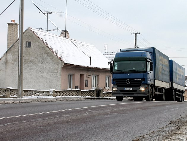 Jen čtyři metry od oken Vladimíry Karáskové burácejí těžké náklaďáky v Pavlicích.