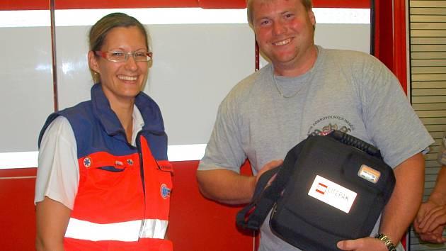 Ve středu 30. července převzali dobrovolní hasiči z Višňové defibrilátor od Zdravotnické záchranné služby Jihomoravského kraje.