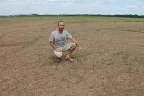 Syn Bohumíra Rady a spolumajitel firmy Agro Boskovštejn Vojtěch Rada na poli zničeném herbicidem.