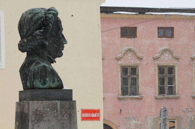 Divišova busta na zimním snímku.