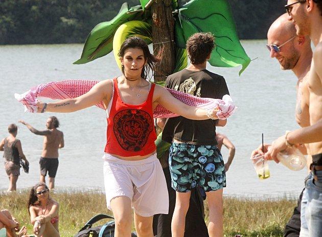 Více než tisícovka lidí zavítala do Kempu Výr na několikadenní nonstop festival psychedelické hudby Spirit Base.