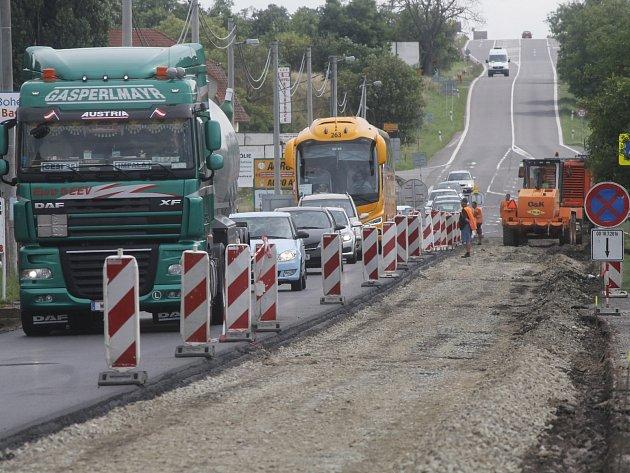 Hlavní tah ze Znojma do Rakouska opravují silničáři. Až do 11. srpna.