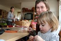 Maminky i děti si vyzkoušely pletení velikonočních ozdob