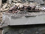 Silnice, spojující Znojmo s částí Hradiště, se po více než šedesáti letech zbavila svého skrytého a smrtelného nebezpečí.  Asi půl metru pod povrchem vozovky totiž od druhé světové války ležely dvě nastražené stokilogramové letecké bomby.