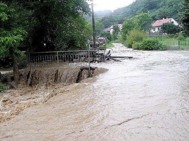 Běsnící voda v Junáckém údolí v sobotu 7. srpna 2010.