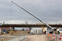 Stavební firmy pracují na stavbě přeložky silnice první třídy číslo 38. Má být součástí plánovaného obchvatu Znojma. Tato část by měla sloužit od podzimu roku 2019.