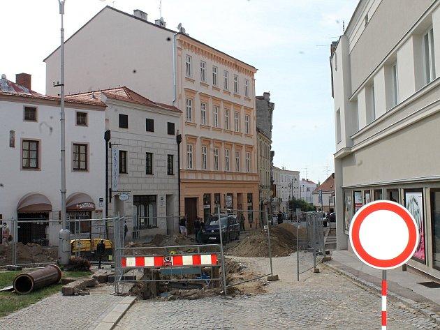 Znojemské Divišovo náměstí se v těchto dnech proměnilo v jedno velké staveniště.