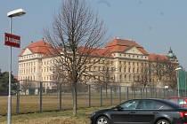Městská plovárna a historický Loucký klášter jsou už řadu let v těsném sousedství.