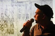 Výtvarník Tomáš Kofroň před jedním ze svých obrazů. Pecha Kucha Night ve Znojmě.