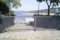 Brána, kterou nechalo naistalovat Povodí Moravy u Vranovské přehrady.