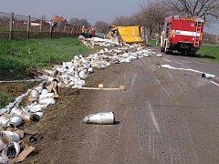 K nehodě kamionu, který převážel cívky s umělým vláknem, vyráželi v pondělí odpoledne hasiči do Těšetic.