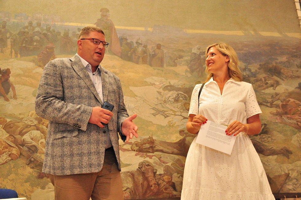 Slavná plátna Muchovy Slovanské epopeje jsou naistalována v zrekonstruované galerii na zámku v Moravském Krumlově