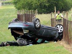 Řidič nezvládl řízení na soukromé cestě u Tvořihráze. Auto skončilo na střeše.