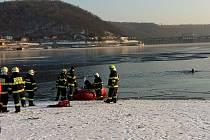 """Na přehradu letěl vrtulník s leteckou záchrannou službou a hasiči. """"Muže vytáhli kolegové v neoprenech z hloubky nějakých šesti nebo sedmi metrů,"""" přiblížil mluvčí jihomoravských hasičů Jan Dvořák. Záchranáři už bruslaři nedokázali pomoci."""