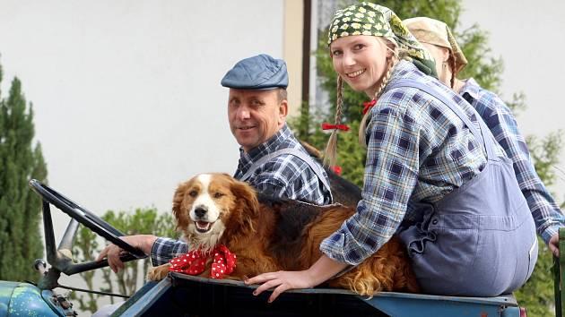 Obyvatelé Vratěnína oslavili 1. máj recesistickým průvodem po obci. Nechyběli esenbáci, pionýři, dojičky, družstevníci ani alegorické vozy.