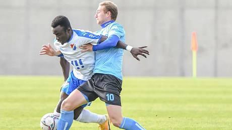 Znojemský fotbalista David Štrombach (v modrém) dal ve třech zápasech pět branek, naposledy hattrickem přispěl k výhře nad Baníkem Ostrava B 4:2.