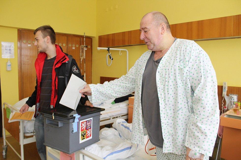Úderem druhé hodiny odpolední se otevřely volební místnosti také v Základní škole Pražská ve Znojmě. Hned v prvních minutách přišlo několik desítek lidí. Jak ti starší, tak mladé rodiny s dětmi.