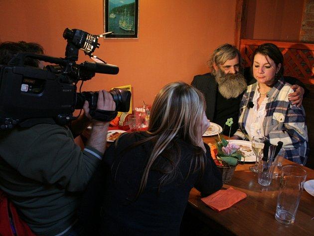 Svatba a svatební cesta dvou pražských bezdomovců
