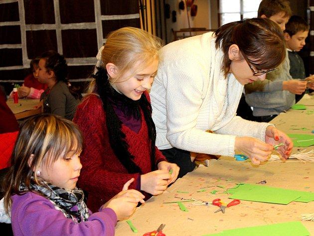 RUČNĚ VYROBENÉ. Naučit se vyrobit tradiční vánoční ozdoby ze slámy, pedigu nebo včelího vosku mohou zájemci již v sobotu od půl čtvrté odpoledne v Domě umění.