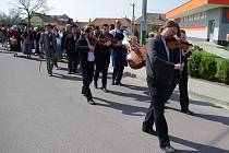 Slavnostní otevření naučné stezky Hroznové kozy ve Vrbovci přilákalo několik stovek návštěvníků.