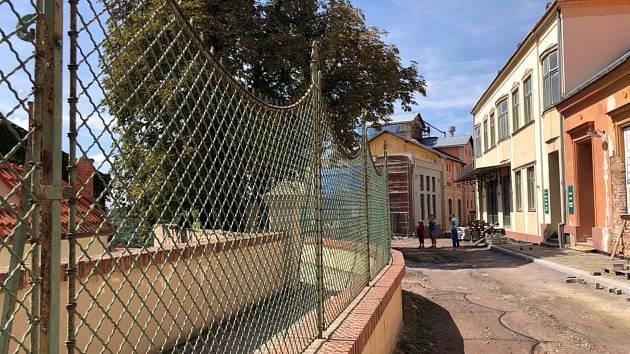 Starý plot u Hradní ulice najde nové využití jinde.