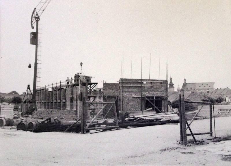 SEDMDESÁTÁ LÉTA. Bílý dům, kde sídlil okresní výbor KSČ a okresní rada odborů postavili dělníci na konci sedmdesátých let.