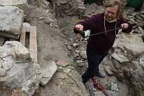 Při dokončování výzkumu v takzvané staré škole ve znojemské Louce archeologové prozkoumali část někdejšího ambitu bývalého premonstrátského kláštera. Našli další kamenné prvky, které ještě prozkoumají umělečtí historici.