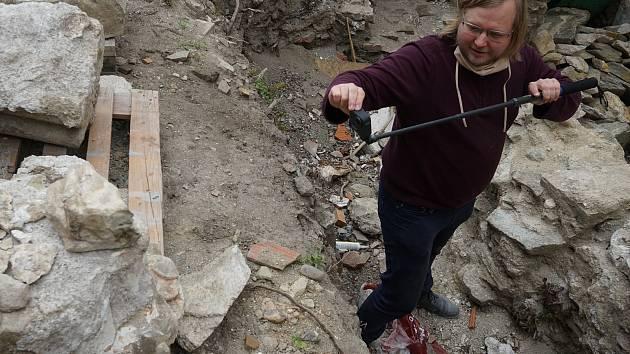 Výzkum v Louce: V klášteře našli další kusy staveb i patku s rostlinnými motivy
