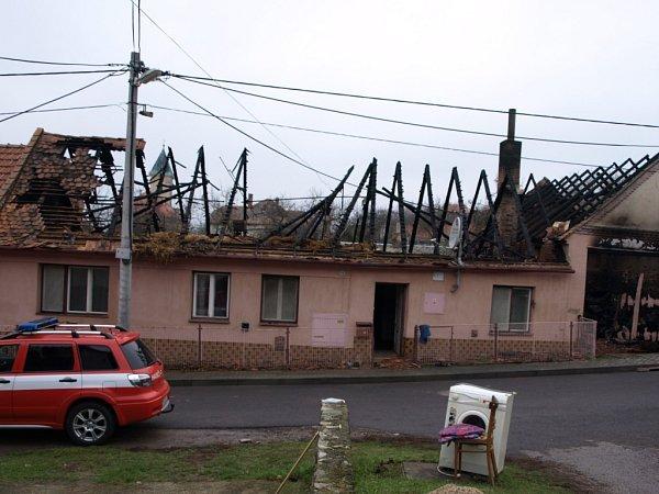 Zničená stodola, dům bez střechy a škoda téměř za milion korun. Takové jsou následky nočního požáru rodinného domu vDyji uZnojma.