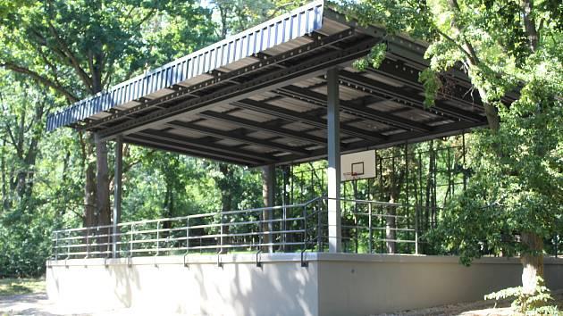 Nová omítka i střecha. Pódium v městském lesíku je opravené. Čeká na první akci