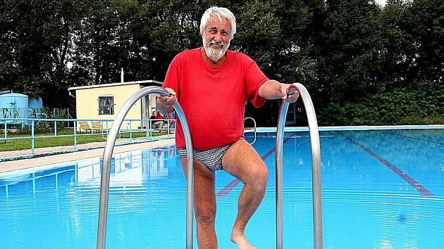 POMALU KONČÍME. Správce mramotického koupaliště Ladislav Vojtěchovský teď  kontroluje už jen bazén bez lidí.