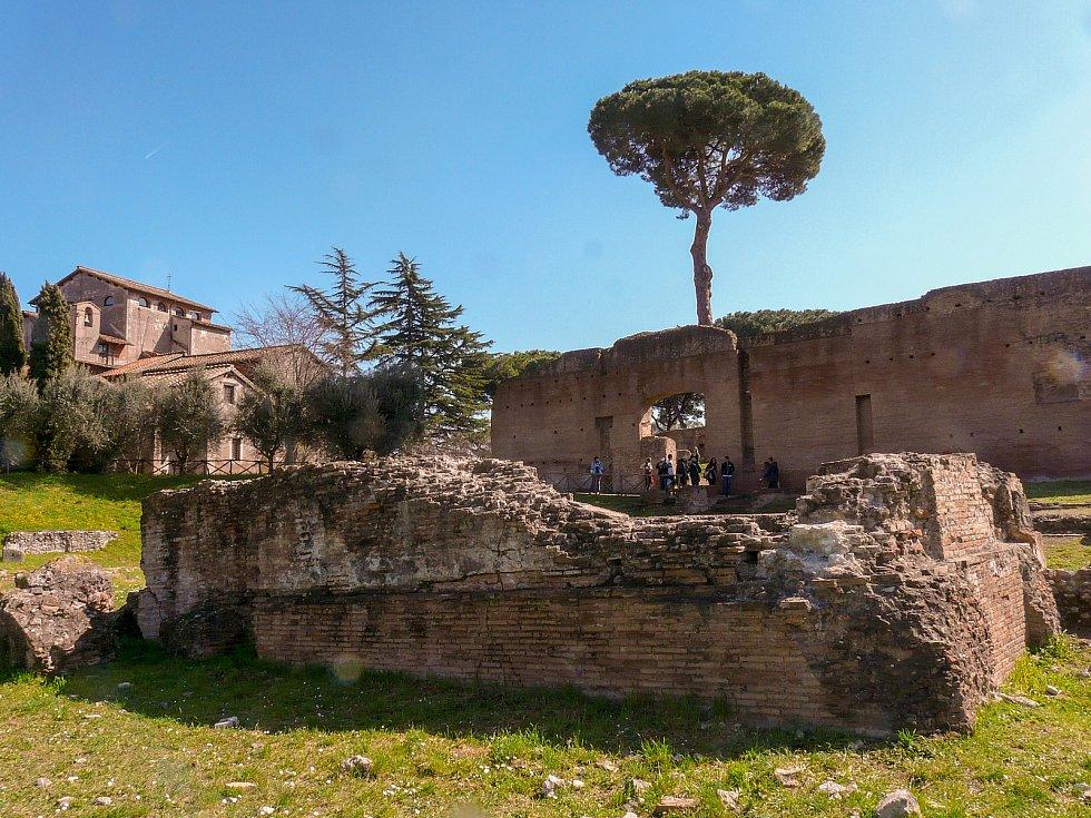 Slavný římský pahorek Palatin s ruinami někdejších císařských sídel dal jméno všem palácům.