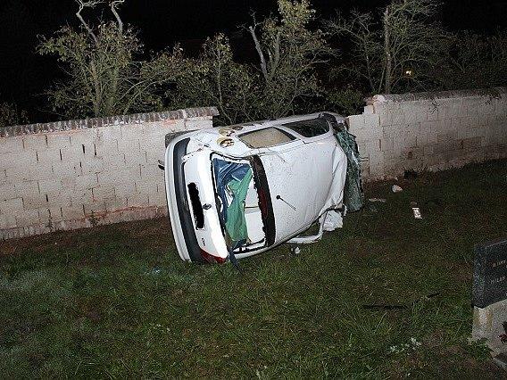 Auto se převrátilo na bok a mladík při havárii utrpěl lehké zranění.
