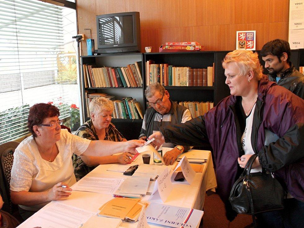 K volbám ve Znojmě zatím přišlo méně lidí, než před třemi lety. Volilo se i v salonku hotelu Dukla.