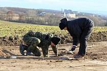 Na trase budoucího obchvatu města Znojma pracují zatím jen archeologové. Ti mají vytipovaných asi osmdesát míst, kde hodlají provést záchranný archeologický průzkum. Pracovat by tu měli minimálně do Vánoc.