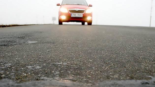 V asfaltu silnice jsou zabudovaná měřicí čidla.