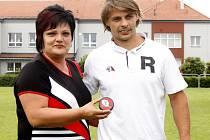 Blížkovické slavnosti začaly fotbalovým utkáním. Slavnostní výkop provedl kapitán hokejového týmu Orli Znojmo Jiří Beroun.