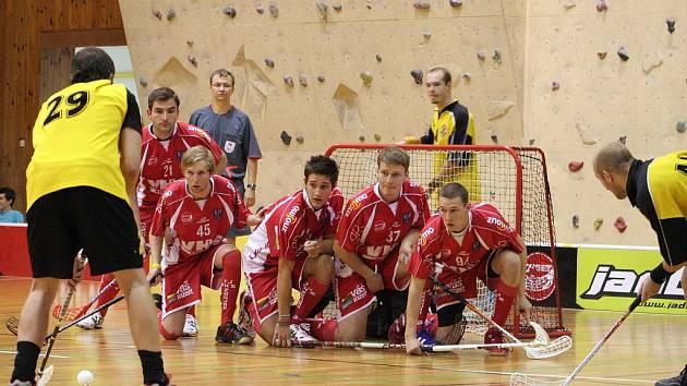 Florbalisté Znojma (v červeném) si připsali další porážku, tentokrát v Plzni.