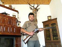 Pavel Maxera zbraním zcela propadl. A má i to štěstí, že jej jeho koníček živí. Na zakázku opravoval i metr a půl dlouhou tureckou pušku z 18. století.